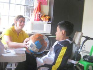 Lerares FUNDAL helpt leerling met het maken van zijn spaarpot